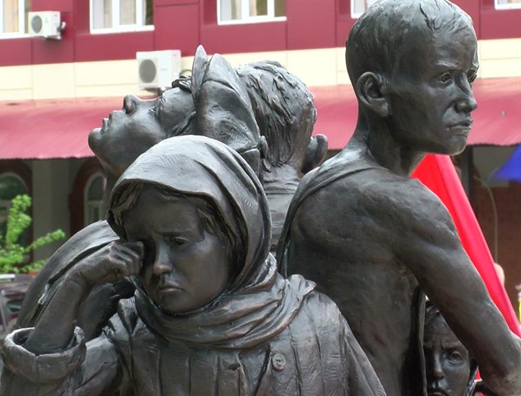 В Валуйках открыли памятник детям войны